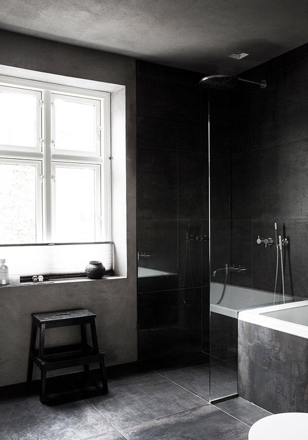 Badezimmer dunkle Fliesen
