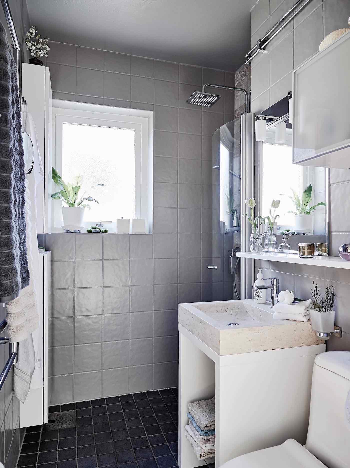 Kleines Badezimmer mit grauen Fliesen