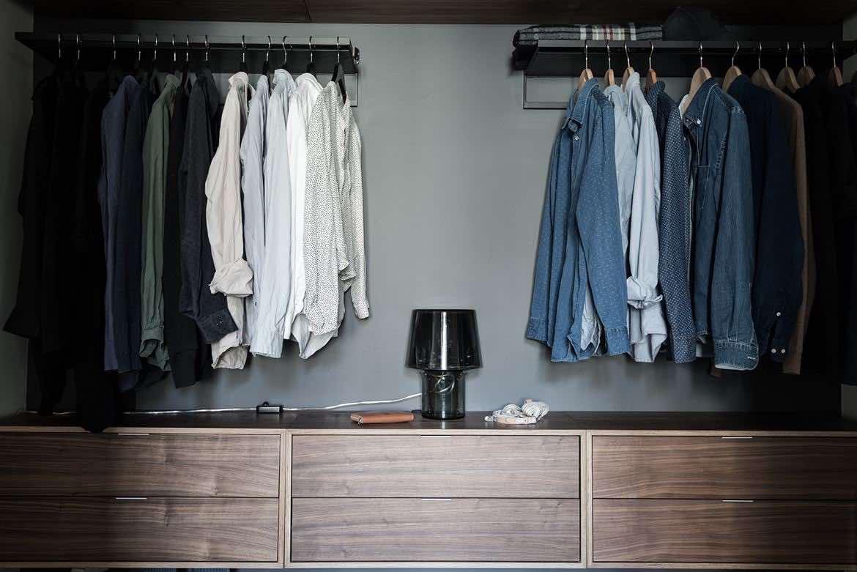 Offener Kleiderschrank im modernen Schlafzimmer