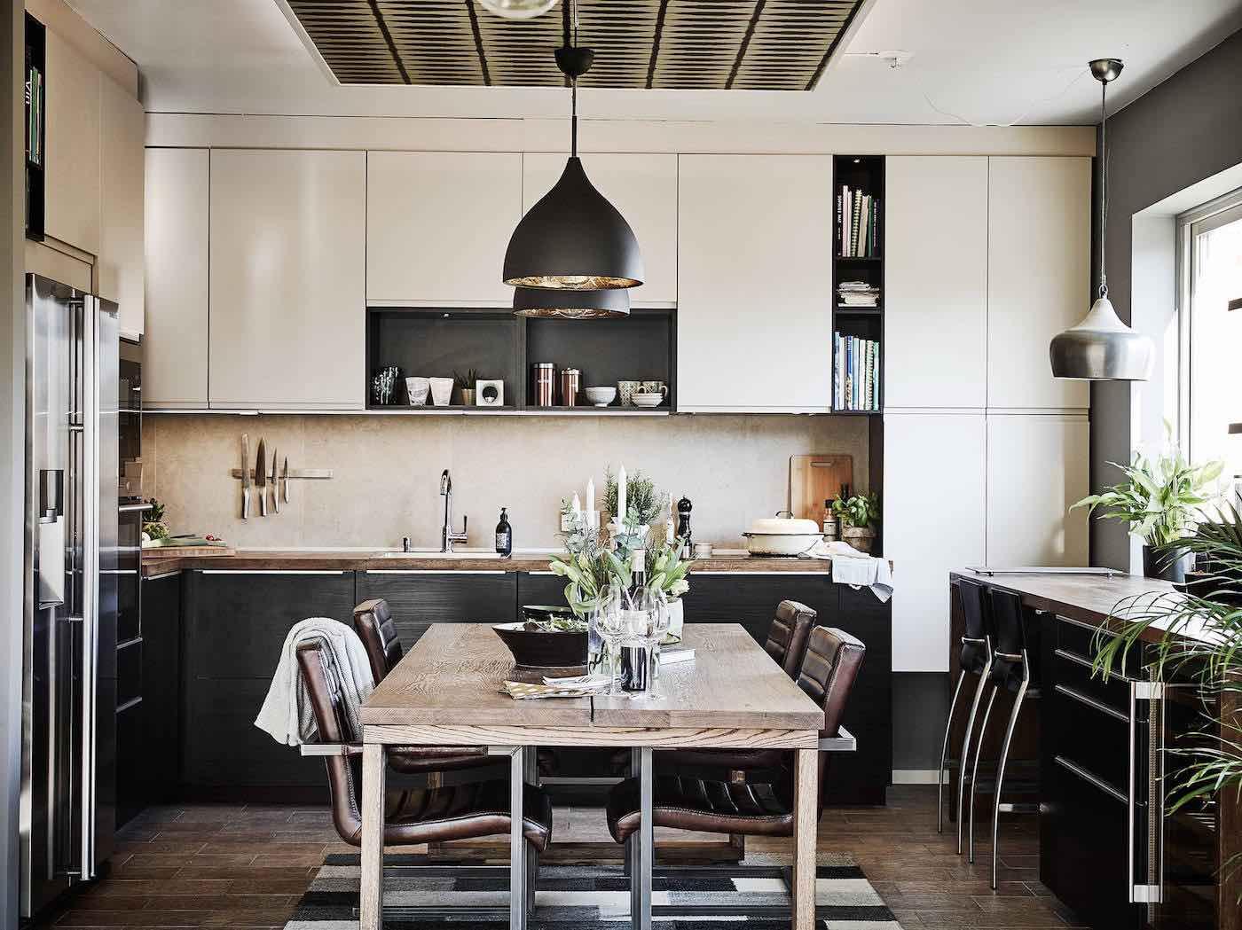 Offene Wohnküche mit dunklem Echtholz und industrial Lampen