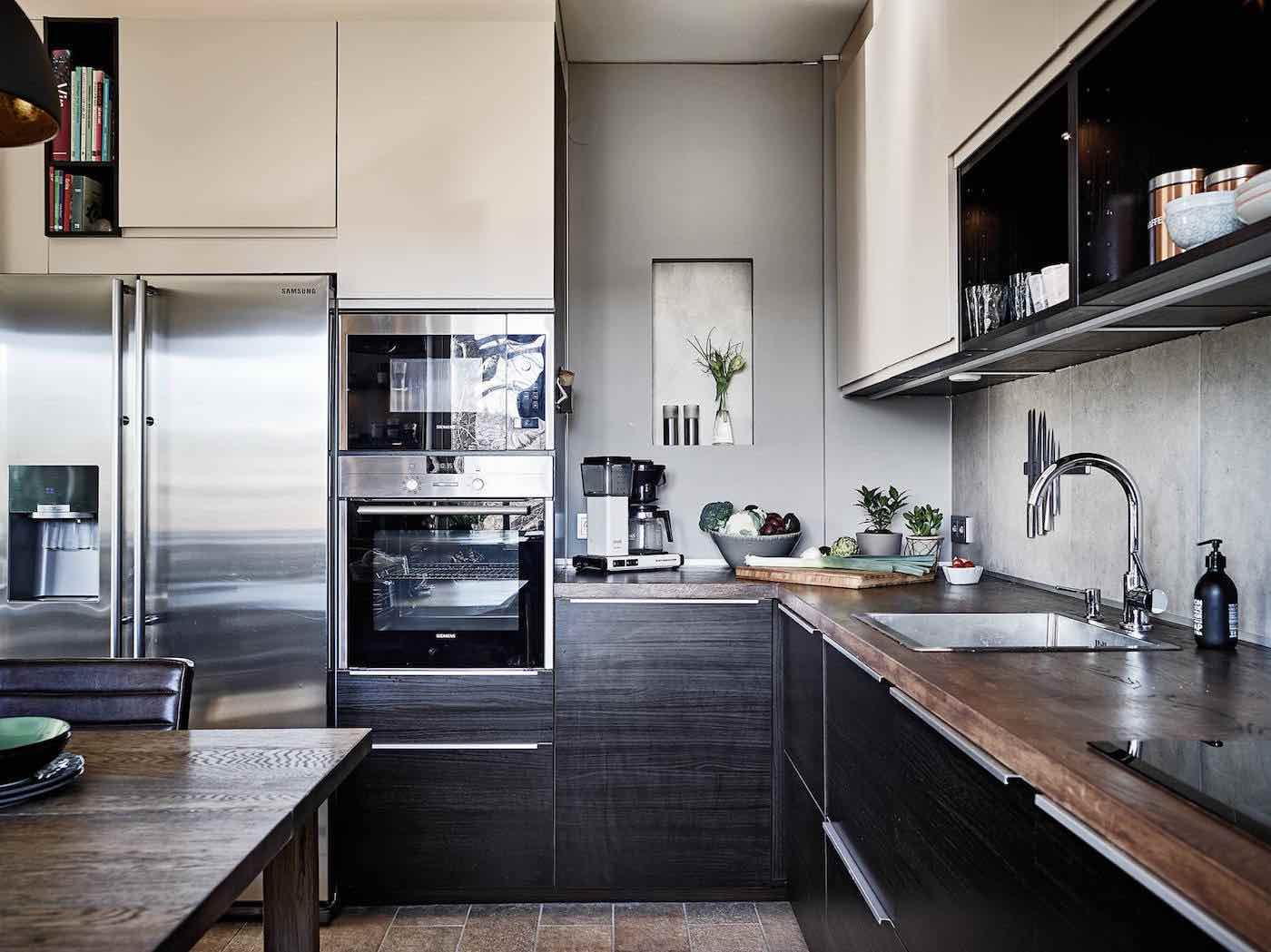 Moderne Küche mit dunklem Holz antik